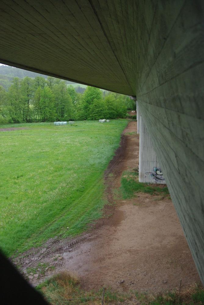 Übergang in ein anderes Teilstück der Autobahnbrücke - Blick links...