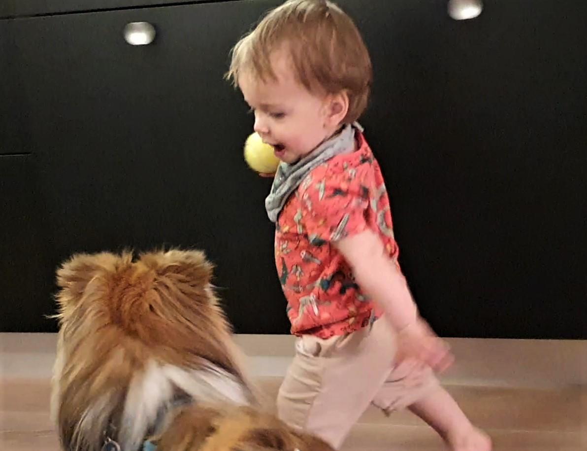 Cian, sein Ball und unser Enkel