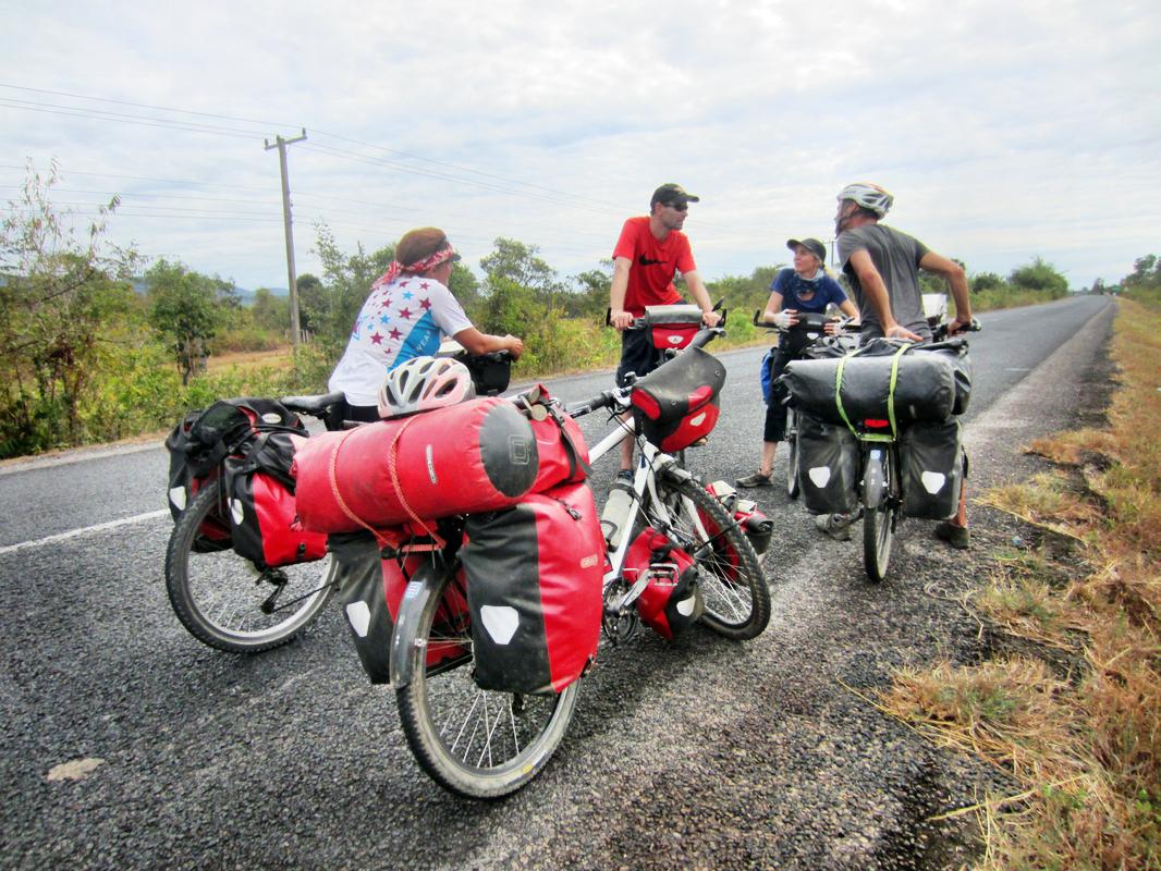 Auf der fast einzigen Nord-Südverbindung in Laos treffen wir immer wieder Radreisende