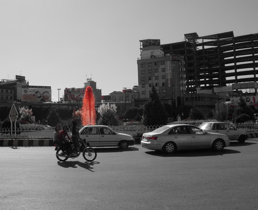 Roter Springbrunnen symbolisiert das Blut des Heiligen