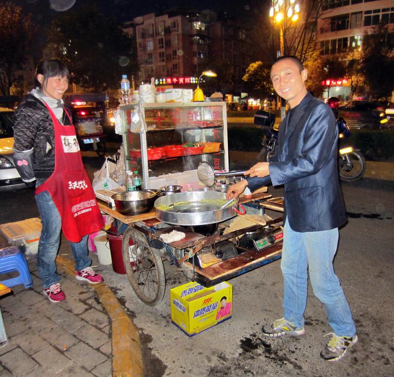 Kleine aber feine Straßengarküche in Leshan