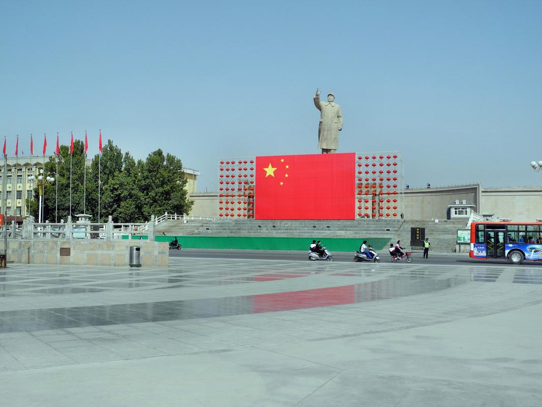 Auch in Kashgar der obligatorische Mao Platz