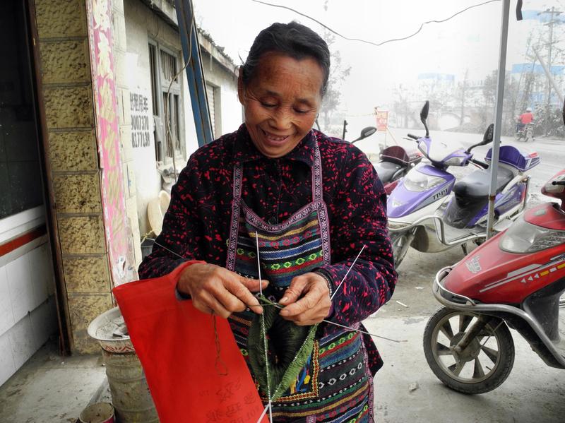 Chinesische Frauen Stricken auch im Gehen