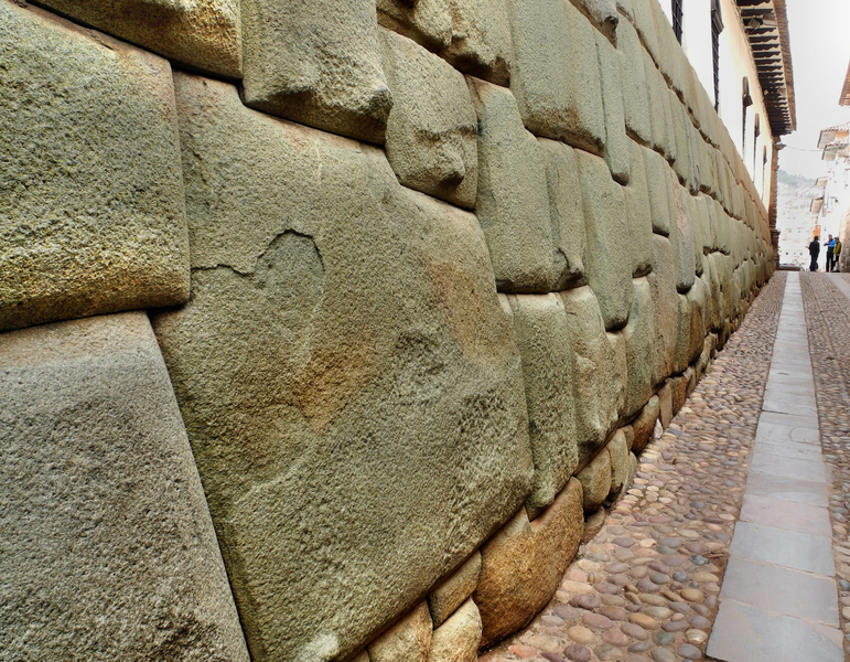 Dieser 12-eckige Paradestein symbolisiert die 12 Monate und wurde passgenau in dieses typische Mauerwerk der Inkakultur eingefügt.