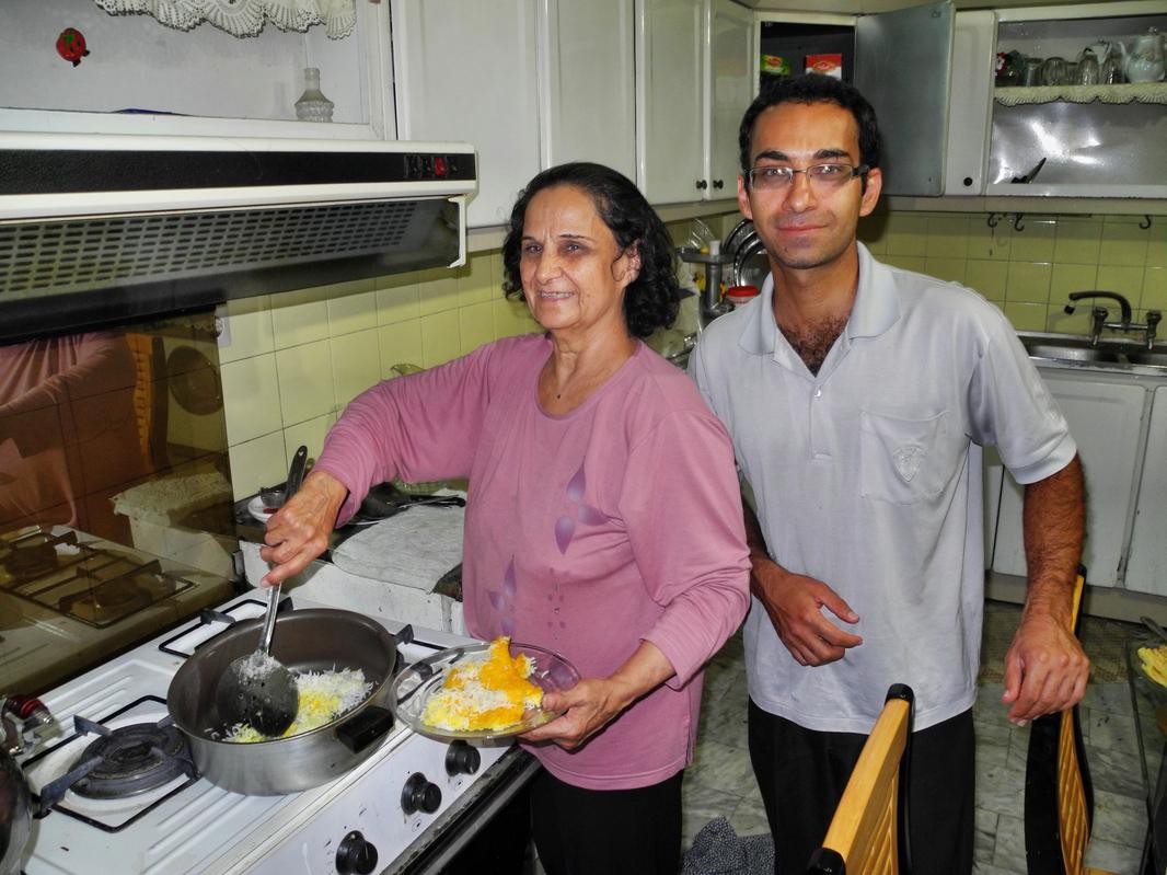 Unsere Gastgeber Navid und seine Mutter beim Kochen