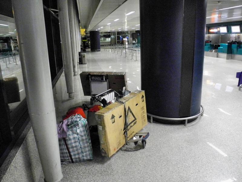 """Unser letztes Nachtlager in """"Freiheit"""" - auf dem Flughfen in Rom"""