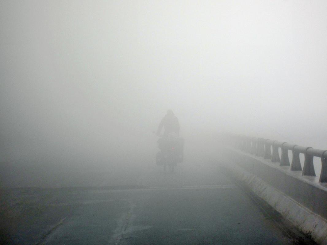 Kurz vor der Grenze nach Laos versinken wir in Nebel und Regen