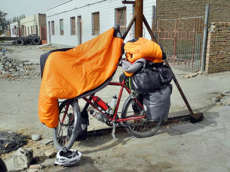 Die Schlafsäcke müssen wir in der Mittagssonne trocknen