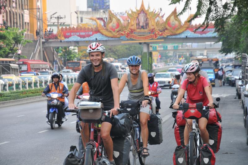 Zu viert fahren wir aus Bangkok hinaus