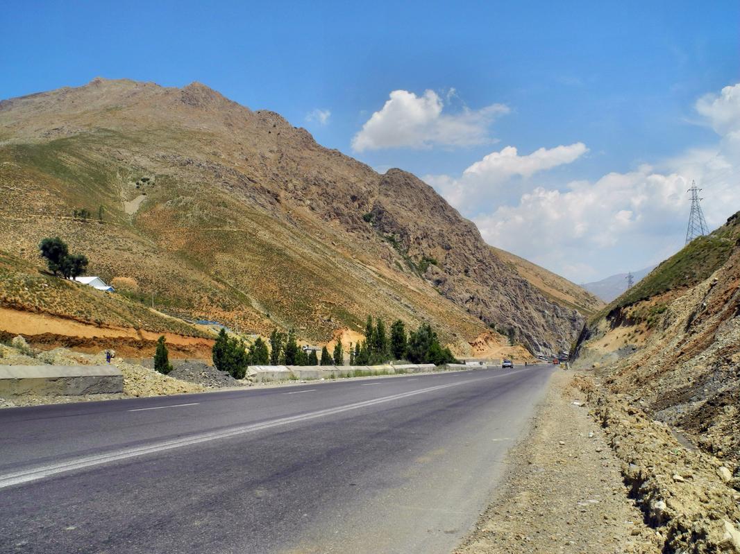 In Richtung Kaspisches Meer müssen wir über das Elbursgebirge
