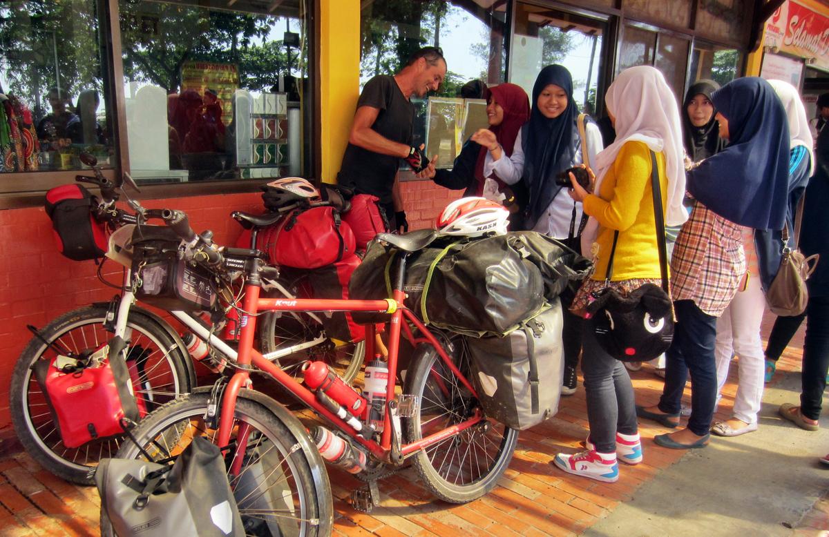 1 (14)Indonesische Schulklassen interviewen sehr gerne Touristen