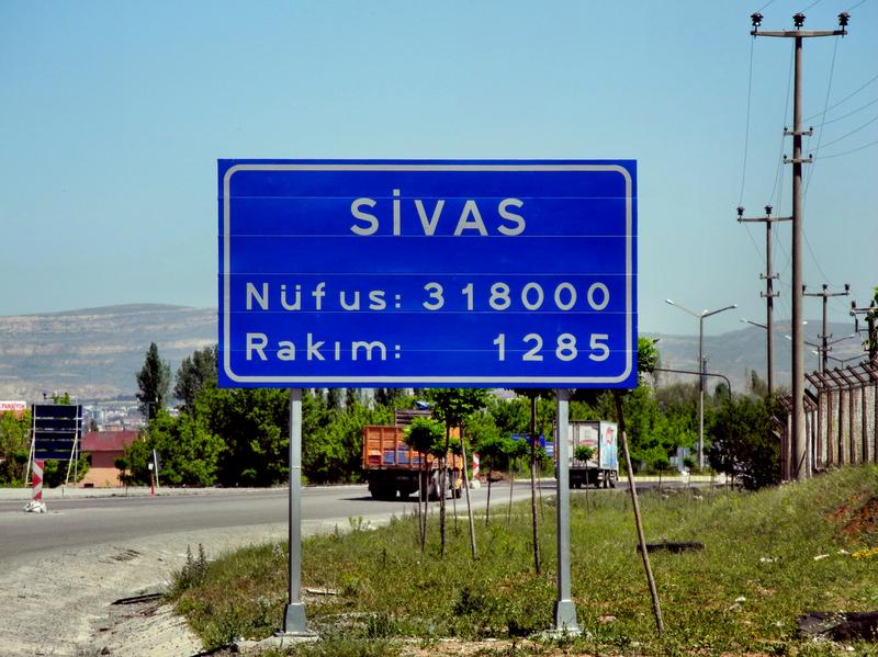 Türkische Ortsschilder immer mit Höhe über NN und Einwohnerzahl
