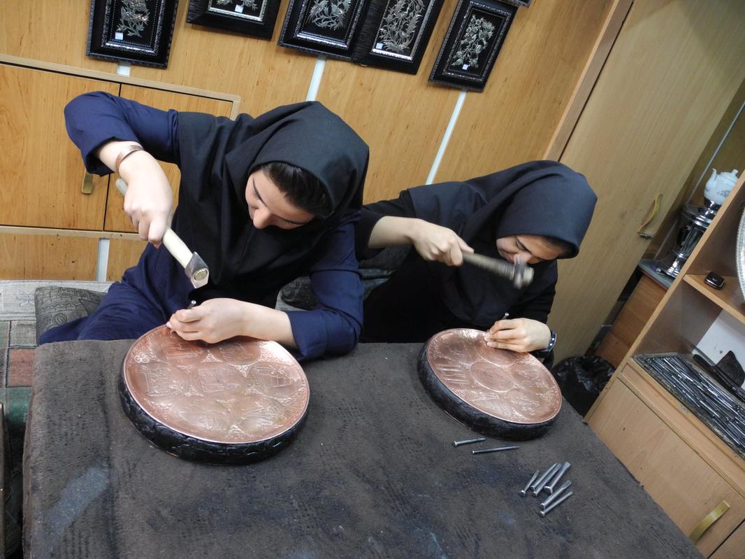 Kupferschlägerinnen in Esfahan