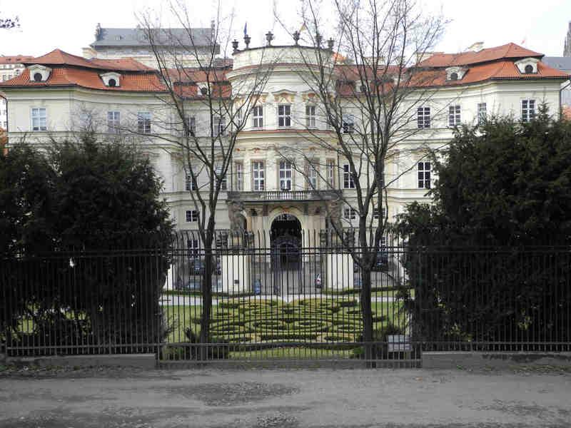 Die Deutsche Botschaft in Prag mit dem legendären Genscherbalkon