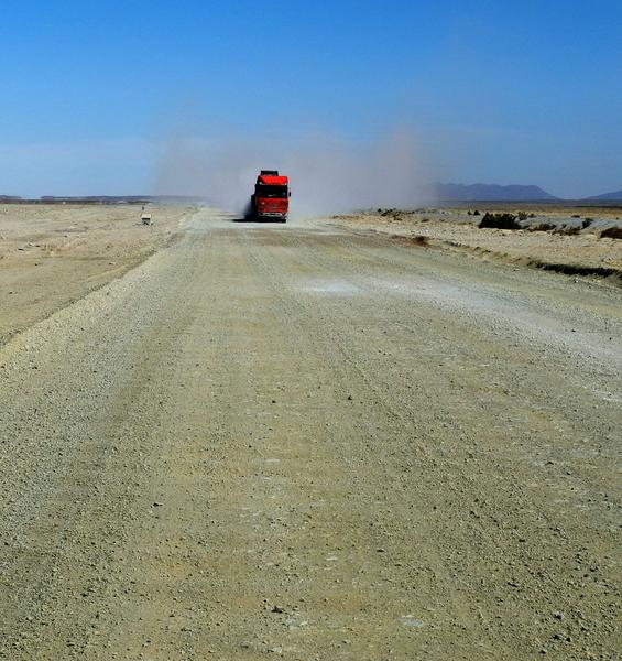 Auf der Wellblechpiste - Wegen 2 Radfahrern gehen die Trucker noch lange nicht vom Gas