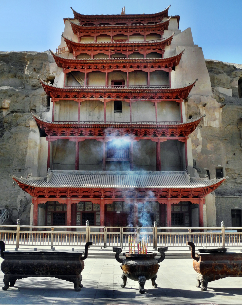 In dieser Höhle ist der mit 35m höchste Buddha