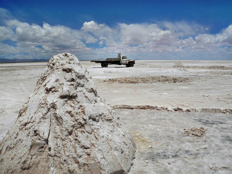 Sehr archaisch, mit Hacke und Schaufel wird das Salz gewonnen und mit uralten LKWs abtransportiert