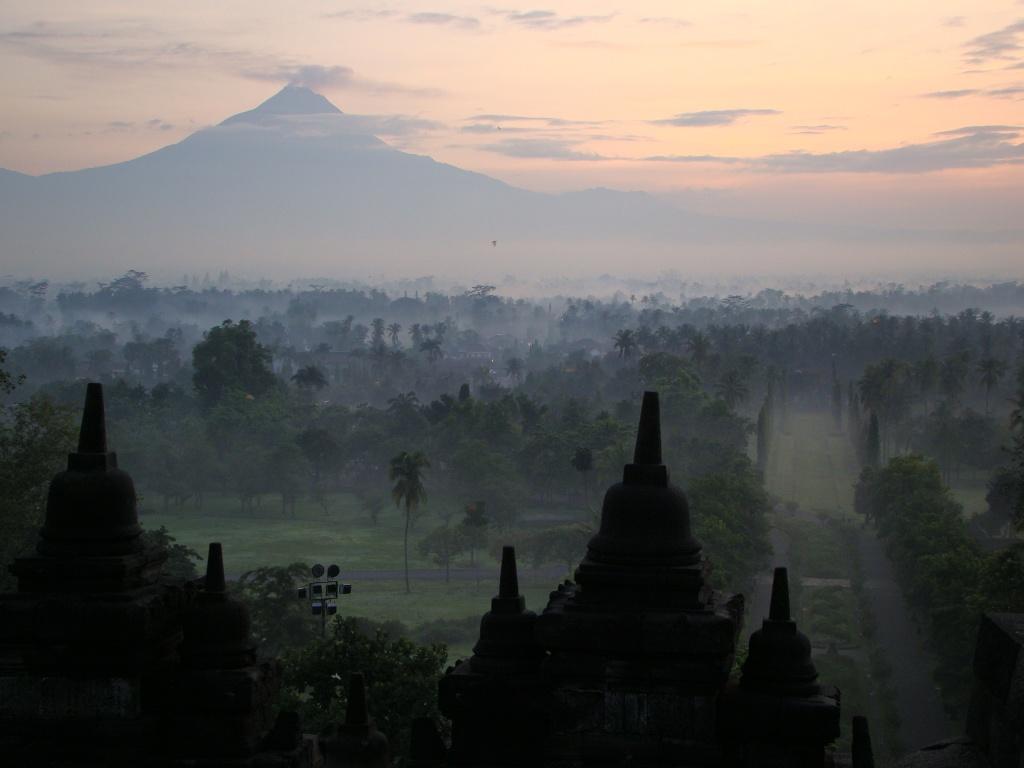Aus der Ferne lockt der aktive Vulkan Merapi