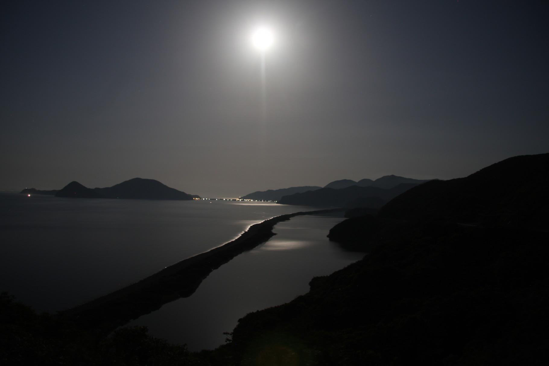 月夜もきれいです。