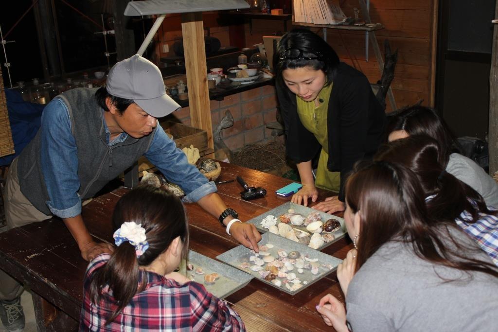 ナイトツアー前半は甑島にうちよせられた漂着物のご紹介。