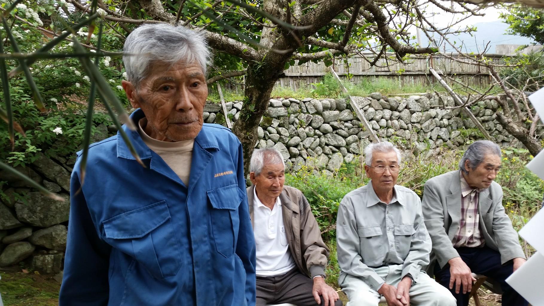 下ってから牧山を守る「永田家」の氏神祭。長老達に囲まれ緊張感が高まります。