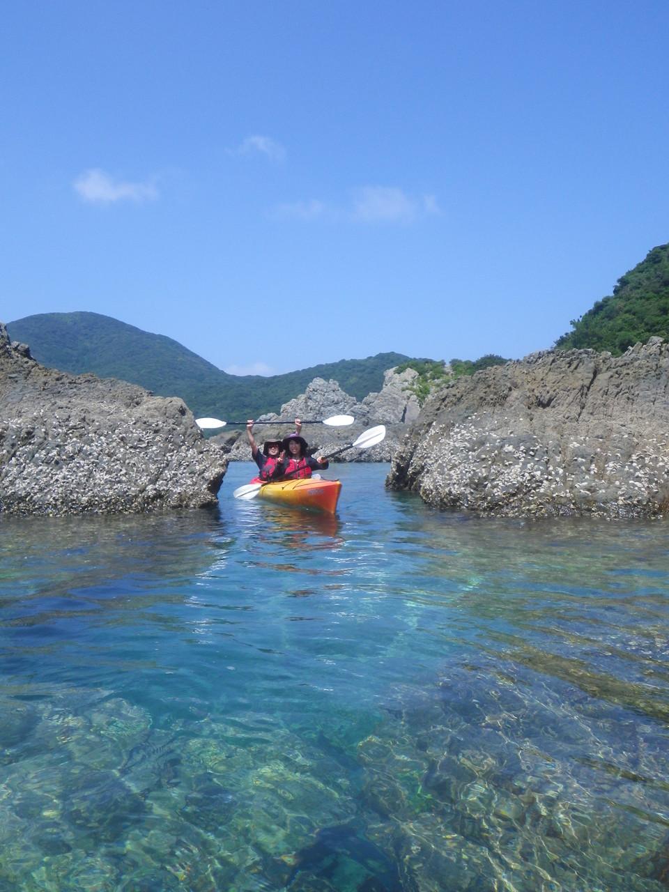岩場を漕ぎ進みます。