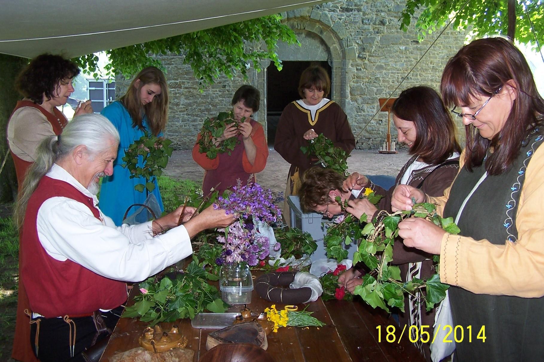 Garniture des couronnes fleuries, tout un rituel créateur d'ambiance