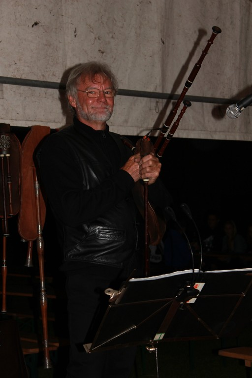 Alain à la cornemuse et flûtes