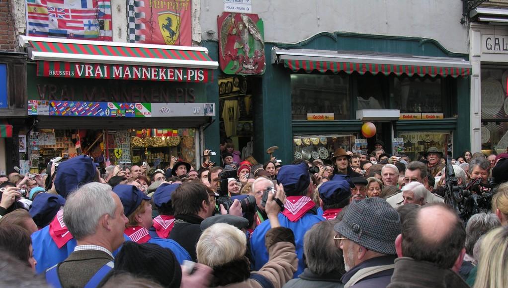 Le public bourré au carrefour, il faut se frayer un chemin là-dedans