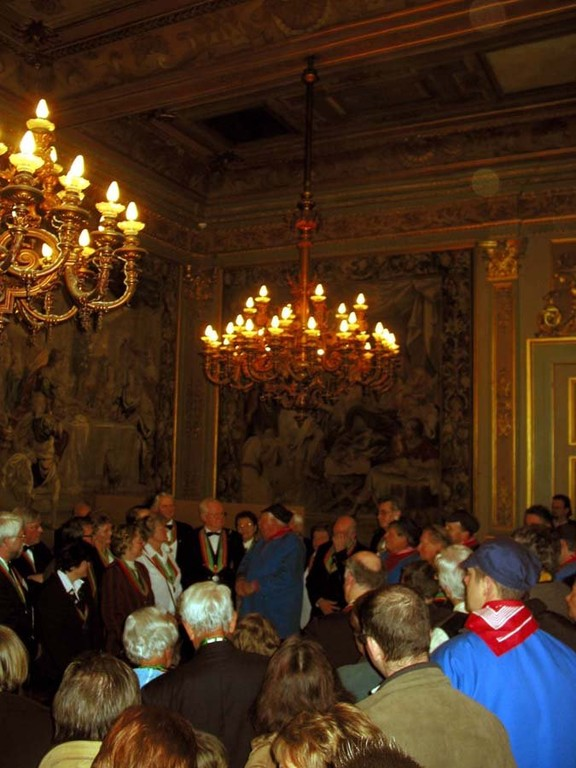 Sous les ors de la salle de l'hôtel de ville de Bruxelles