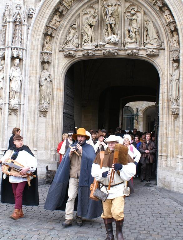 Passage triomphal sous l'arc gothique du porche