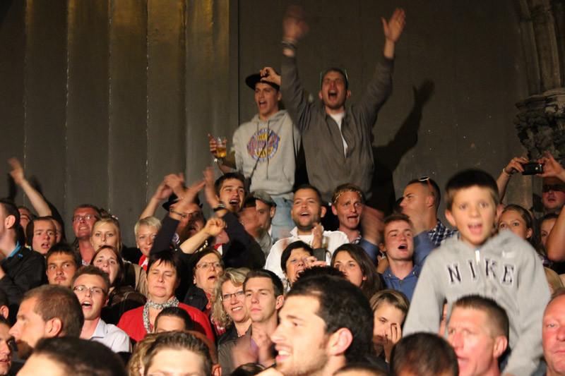 """La grosse foule des """"au revoirs"""" sur le parvis de St-Julien..il est 22H45"""