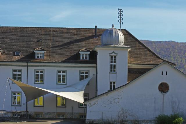 Kleinfeldschulhaus mit Turnhalle (rechts)