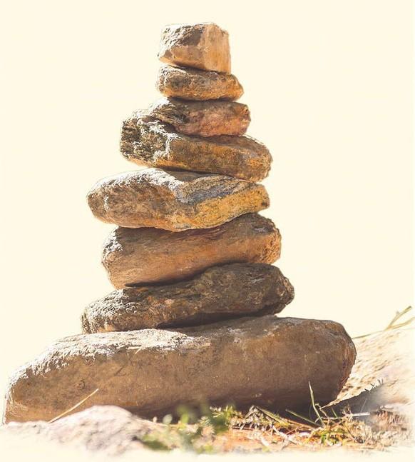 Ein Turm von kantigen Steinen steht als Symbol für die Wirbelsäule, die im Zentrum vieler Behandlungen von taloha bodywork steht.