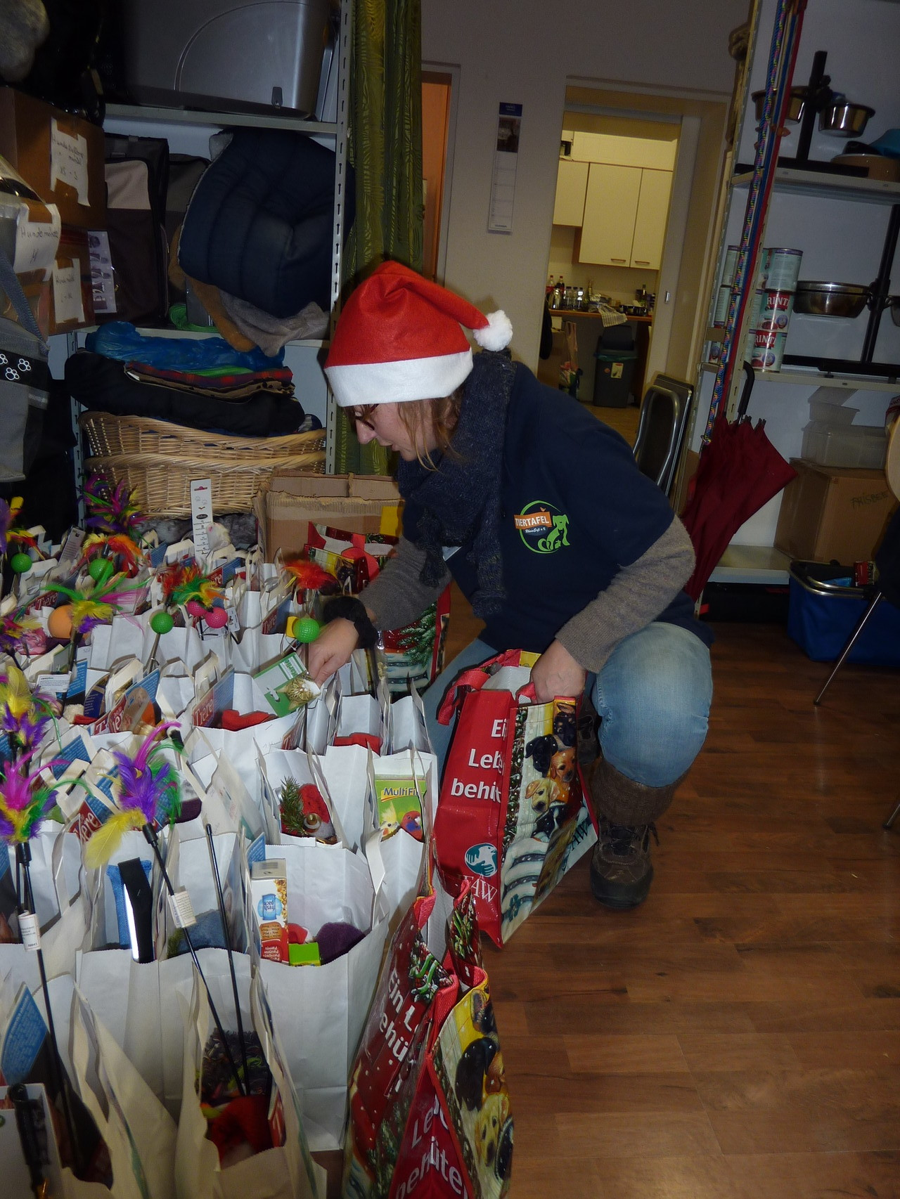 Weihnachtswichtel Sabine bei der Arbeit