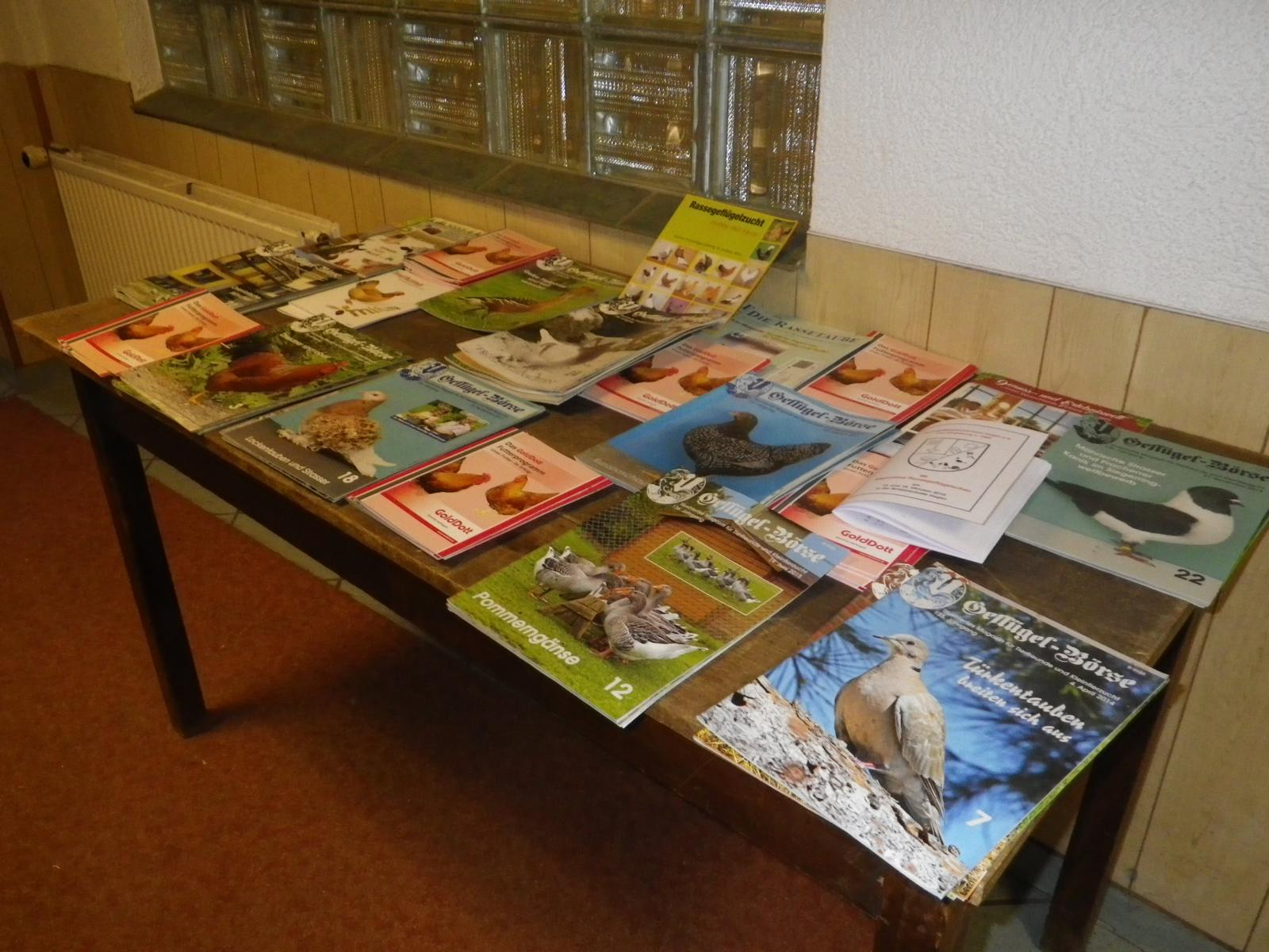 Für interessierte Besucher liegen diverse Geflügelmagazine aus,