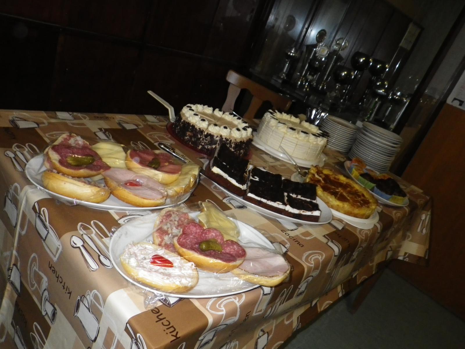 Ob Kuchen oder belegte Brötchen - beides steht bereit. Nicht nur die Vereinsmitglieder, auch deren Ehemänner und -frauen waren fleißig am Backen.