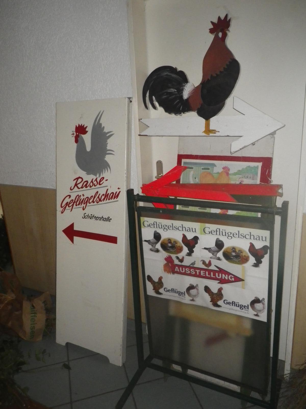 Damit die Geflügelschau auch für auswärtige Besucher besser zu finden ist, stehen einige Schilder bereit, die morgens aufgestellt werden müssen.