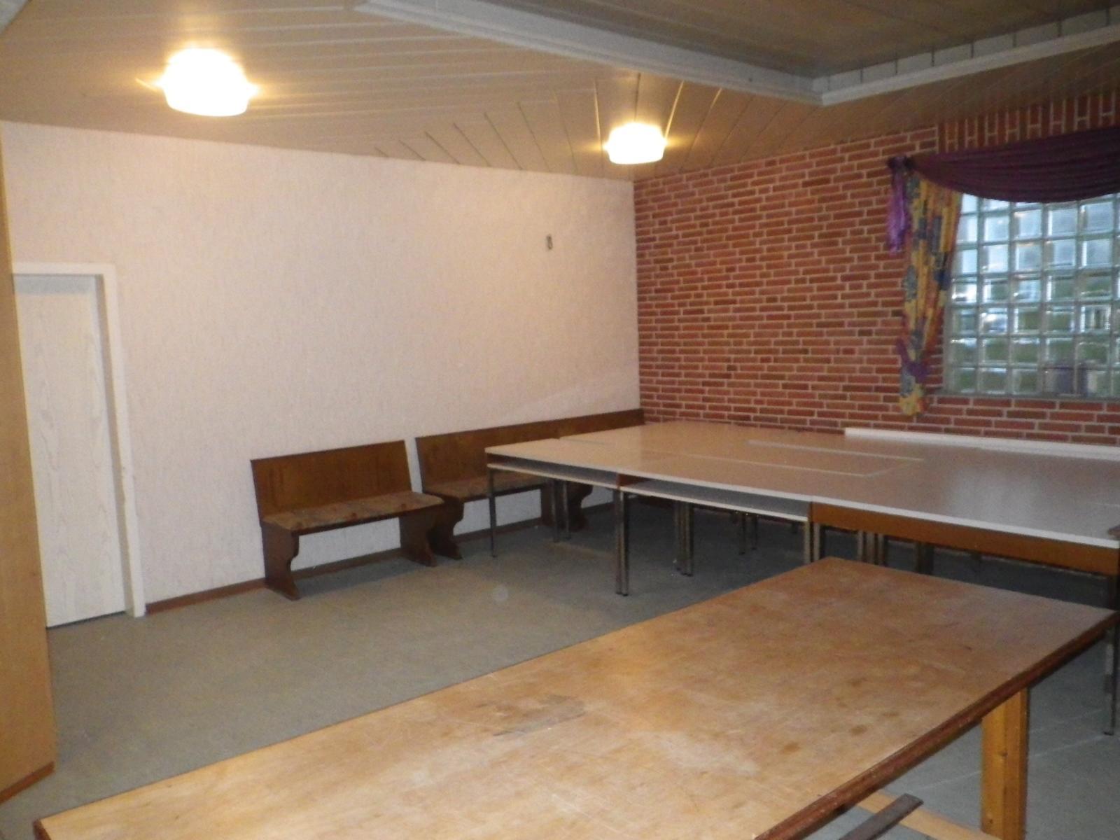 In der späteren Jugendgruppe stehen noch einige Tische, die weggeräumt werden müssen.
