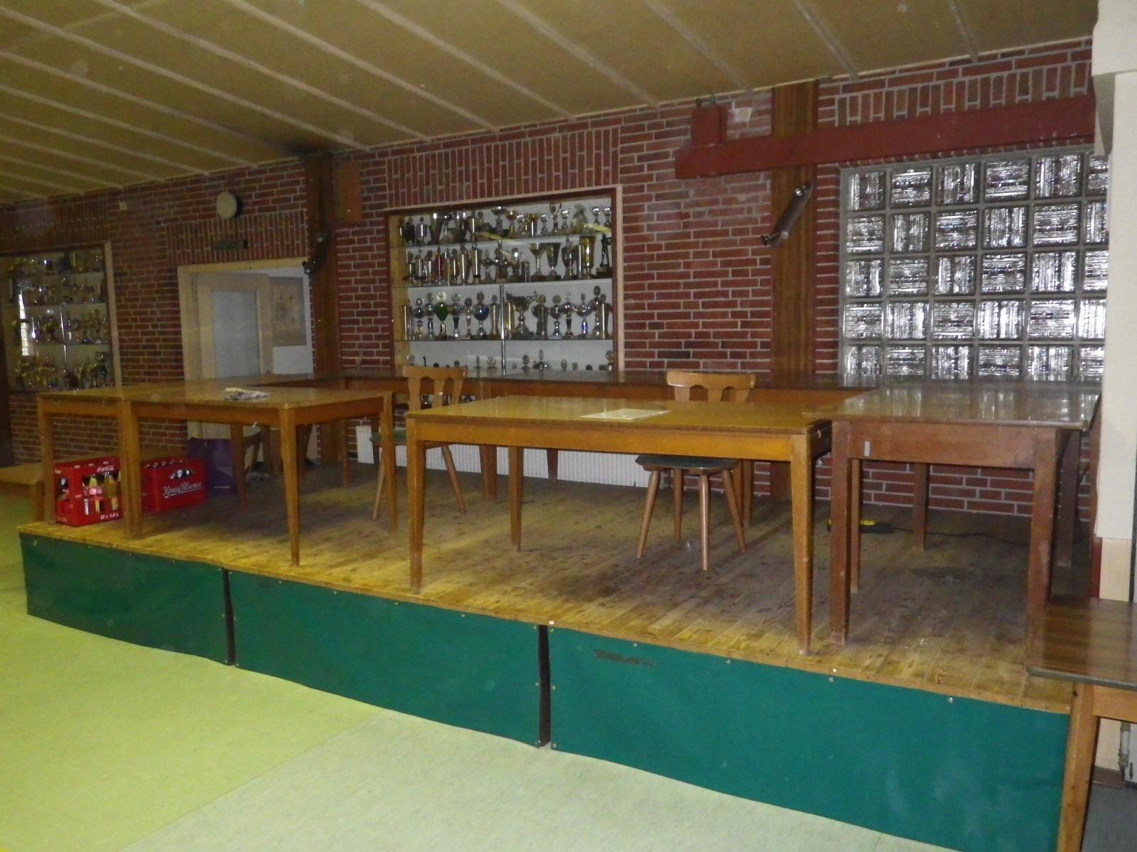 Nicht nur Käfige werden aufgebaut - auch die Tombola nimmt so langsam Gestalt an, ebenso...