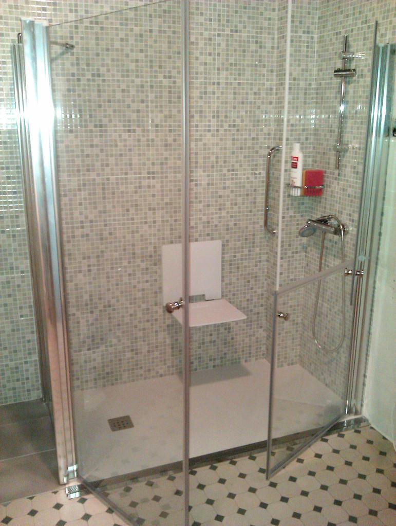 plato de marmol tecnico antideslizante a ras de suelo, con rebosadero y mampara especial discapacitados con asiento de ducha