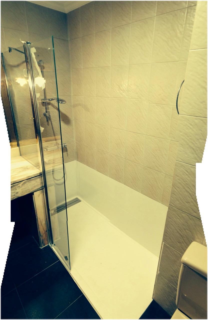 cambio de bañera a ducha con mampara a medida con corte especial sobre lavabo de obra