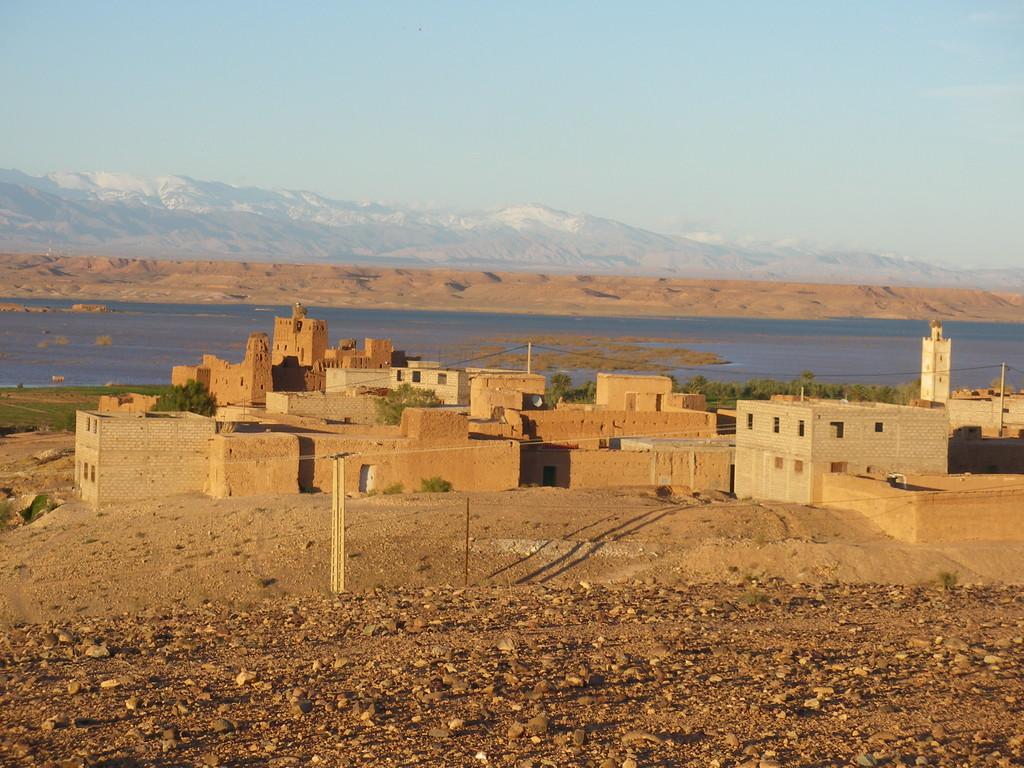 Ouarzazate, le barrage et l'Atlas