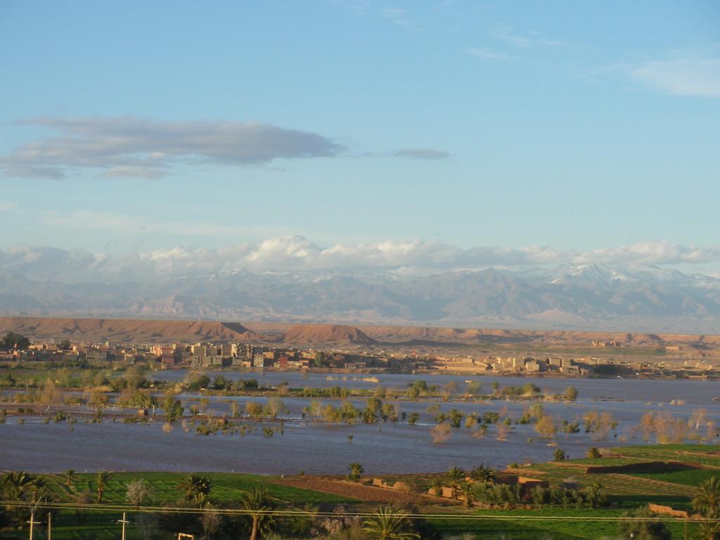 Ouarzazate, l'oued gonflé par la pluie