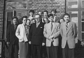 1952 steigt seine Ehefrau Ingeborg, geb. Thoms, tatkräftig in das Unternehmen ein.