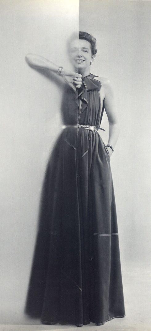 """Claire McCardell de modelo con su vestido """"futurista"""" hecho de piezas triangulares."""