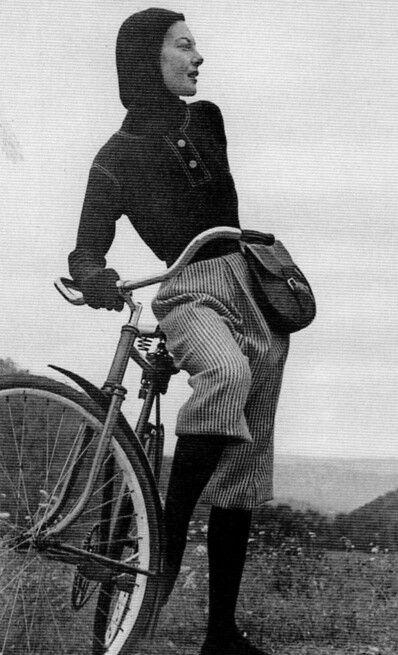 Un traje de montar McCardell con una camiseta de lana con capucha.