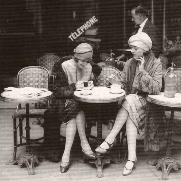Flappers 1920 tomando café
