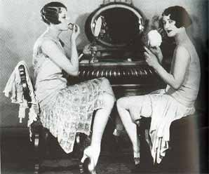 Flappers 1920-21  maquillándose