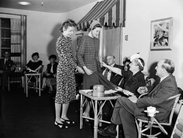 Claire MacCardell en su showroom 1940